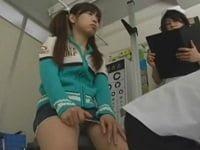 診察に来たJSをレイプする変態ロリコンの医師。服を脱がせ胸を触り、診察台に寝かせて強制フェラののち挿入する。ツインテールのスポブラ小学生を陵辱するAV(アダルトビデオ)。