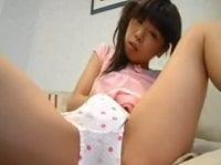 【JCロリ】中学生くらいの綿パン・ツインテール少女が自撮りオナニー