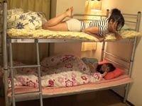 2段ベッドの下で眠る姉(さとうみつ)を夜這いレイプで中出し、上で寝ていた妹(花咲のどか)もついでに中出しする鬼畜父親。二本目は姪っ子の姉(野宮さとみ)が誘惑してきたので、2段ベッドの上でエッチする。下で妹が(百瀬みお)気づいていたので、ついでに犯っちゃう叔父。JK姉妹と近親相姦するAV(アダルトビデオ)。