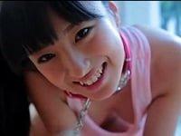 美少女JKの大島珠奈がおマ○コ見えそうな水着で、横乳も披露。それから、お風呂でお尻や下乳を洗われたり、首輪つけられて見えそうなオッパイ揺らしながら猫じゃらしと遊ぶジュニアアイドルのイメージビデオ。