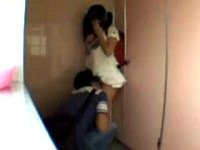 公衆トイレで用を足すJSに襲いかかり、抵抗できない少女の体を弄り回し、おマ○コペロペロ。手コキを強要し、ツインテールの少女の髪に精子をぶち撒ける鬼畜ロリコン。小学生を悪戯するAV(アダルトビデオ)。