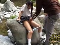 黒髪ロングの美少女中学生をピクニックに連れて行き野外セックス。少女に河原でおしっこさせ、おマ○コをイジり、素っ裸にして野外セックス。最後は顔射。中学生と青姦するAV(アダルトビデオ)。