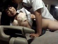 交通量の多い道路に路駐してカーセックスを楽しむ女子高生(上原亜衣)。かなり交通量が多いにもかかわらず、明るい車内で普通にセックスしてます。美巨乳の美少女女子高生がカーセックスするAV(アダルトビデオ)。