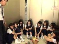 エレベーターが故障して、女子中学生10人(初芽里奈、南梨央奈、中野ありさ、松下ひかり、前田ちえ等)と教師が閉じ込められ、極限状態の教師が生徒たちに襲いかかる。服を脱がせてベロチュウやくぱぁを強要する。美少女中学生に強制わいせつするエロ動画。無料アダルトエロ動画。