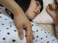 眠剤で眠らせた美少女JK妹を撮影しながらレイプする鬼畜兄。服を脱がせ、オッパイを舐め、手マンから挿入して近親相姦。美乳のJK妹をハメ撮り睡眠姦する個人撮影風の鬼畜エロ動画。