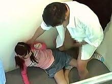小学生試着レイプ:中学校の制服を試着に来た小学6年生をレイプする鬼畜ロリコンの服屋店員。採寸中に抱きつき、一旦試着室から出るも、再度入ってきて襲いかかり、痛がるJSに挿入し中出しするヤバいやつ。小学生をレイプする企画アダルトビデオの一部。無料JSエロ動画。