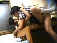 【JSロリコン】小学生が勉強机で家庭教師にセックスされとる。無料JSエロ動画。