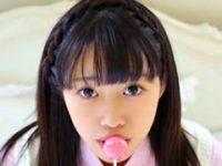 清純派美少女「中野百合南」さんの衝撃デビュー作。動画では、アメをペロペロしてから、綺麗なお尻を丸出しにして、手ブラでおっぱい揉むとき、少し乳首が見えます。美少女JKの過激イメージビデオ「清純クロニクル 中野百合南」の一部。無料JK着エロ動画。