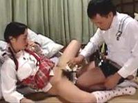 兄妹セックス:母親(北原夏美)の淫乱な遺伝子を受け継いだ小学生の娘(春矢つばさ[椎名りく])が、父にマ◯コ舐めてもらい、兄と近親相姦する。ランドセル、黄色帽のJSがセックスするヘンリー塚本作品の一部。無料JSエロ動画。