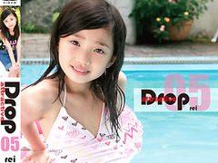 KBC-005 Drop Attractive 05 REI:伝説的ジュニアアイドル「黒宮れい」のデビューイメージビデオ。当時8歳。ガチロリもしくは父性を持て余している方必見です。無料JSジュニアアイドルエロ動画。