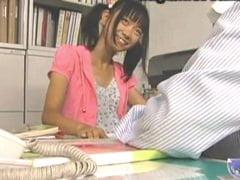 【JSロリ】美少女小学生に告白されてセックスしてしまうロリコン教師。無料JSエロ動画。