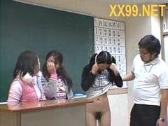 小学生のいじめっ子といじめられっ子の3人とハーレム中出し乱交する鬼畜教師。無料JSJCエロ動画。