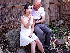 【JSロリ】小学生にアメの代わりにチ○コを舐めさせて精液ぶっかける【一之瀬すず】。無料JSエロ動画。