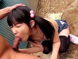 【JSロリ】両親不在時に小学生の姪を野外レイプする鬼畜叔父【春日野結衣 近親相姦 青姦】。無料JSエロ動画。