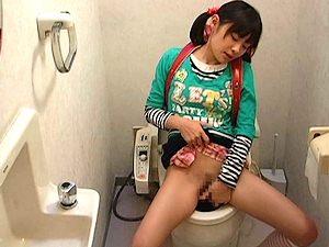 【JSロリ】ランドセル小学生がトイレで高速手マンオナニーして激イキ【初芽里奈 盗撮 貧乳】。無料JSエロ動画。