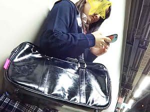 【電車痴漢 JKロリ】女子高生が手マンで大量失禁してパンツビチョビチョ【ゆづ故障 逆さ撮り ヤバイやつ】。無料JKエロ動画。